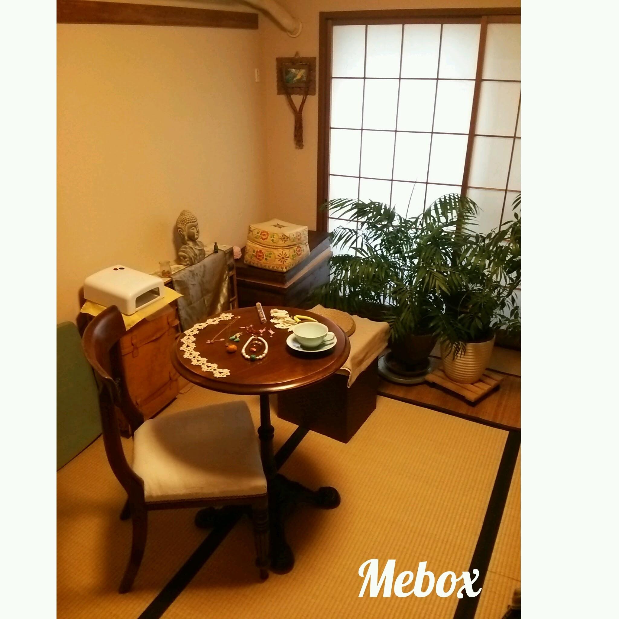 6畳和室にアンティーク椅子とテーブル。
